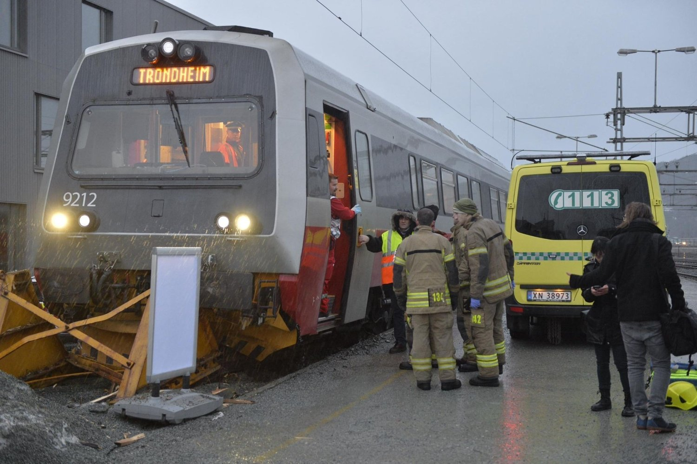 Flere personer ble skadet da et tog kjørte inn i en endebutt på Trondheim Sentralstasjon mandag morgen.