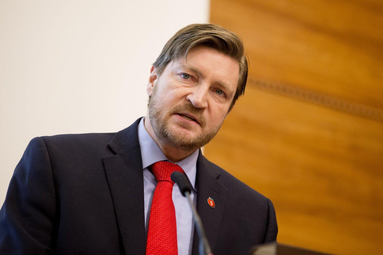 RISLER MED SABLENE: Christian Tybring-Gjedde går i rette med Venstre og KrF.