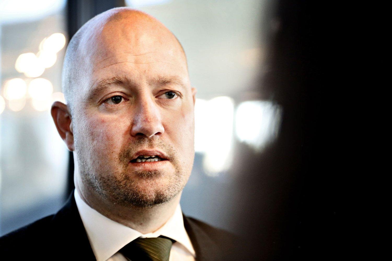 Justisminister Anders Anundsen sier det er viktig for ham å følge avtaler han har inngått. Han har ikke vurdert å trekke seg.