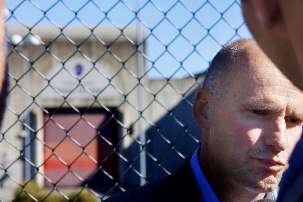 Advokat Geir Lippestad utenfor Skien fengsel der Breivik sitter isolert fra andre medfanger.