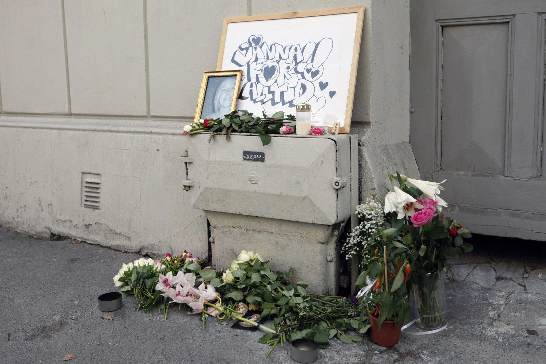 Bilde og blomster ved åstedet i Fredensborgveien der svenske Jonna Rask ble drept i 2013.