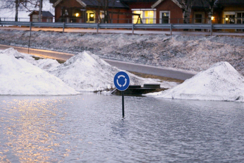 Elva Nordåa har gått over sine bredder. Deler av Høylandet sentrum er blitt til en innsjø onsdag ettermiddag, Store nedbørsmengder og snøsmelting fører til flom i Nord-Trøndelag.