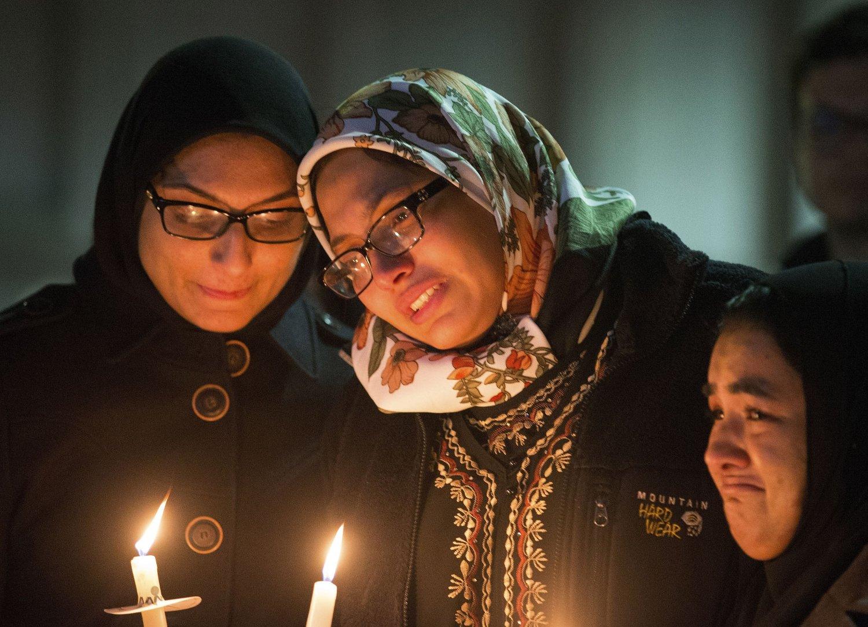 Studenter tente lys under en minnemarkering på University of North Carolina for de tre unge muslimene som ble skutt og drept på en parkeringsplass tirsdag. Over 5.000 mennesker tok farvel med ofrene da de ble begravet torsdag.
