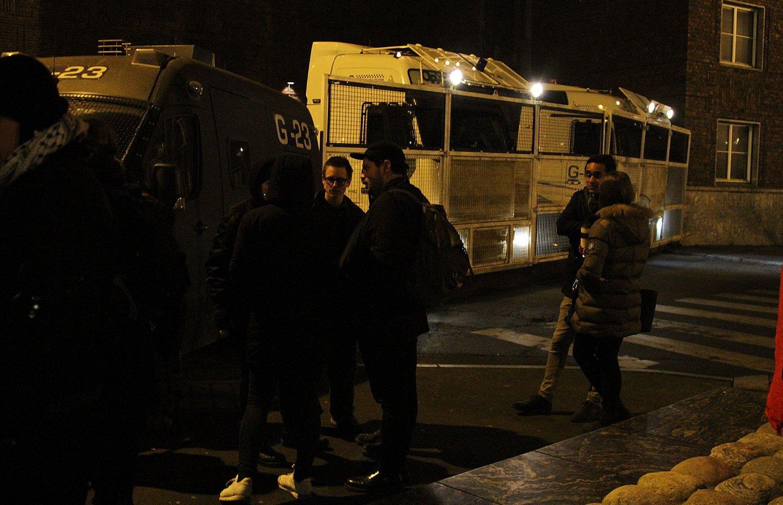 Rundt 80 motdemonstranter møtte opp da Pegida marsjerte ved Rådhuset sist mandag. Politiet stilte med pansrede kjøretøy.