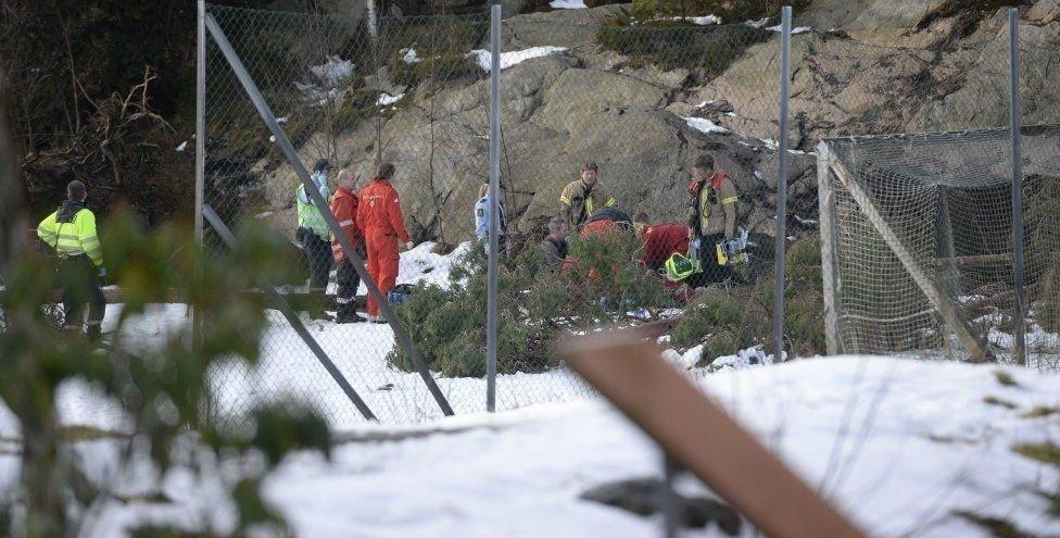 En mann er sendt til Haukeland med kritiske skader etter å ha fått et tre over seg.