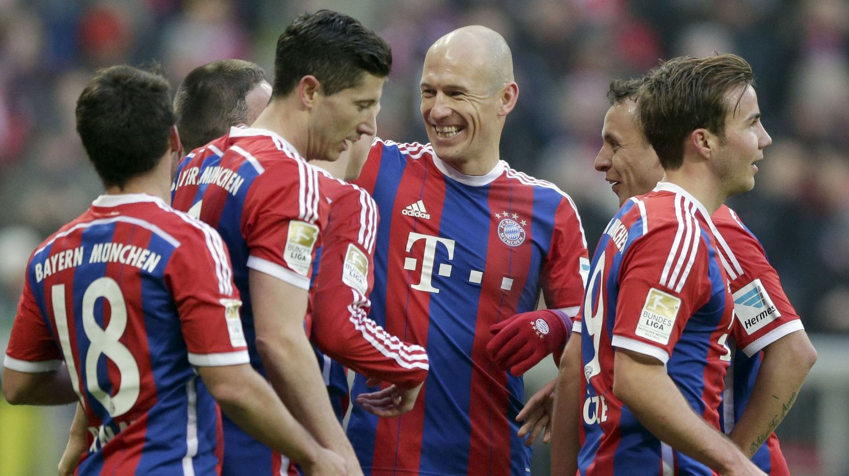 MÅLSHOW: Bayern München scoret åtte ganger mot Hamburg. Her feirer de lagets syvende scoring.