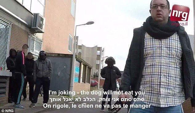 Zvika Klein blir fulgt etter og plaget av en mannen i bakgrunnen mens han går gatelangs meddet tradisjonelle jødiske hodeplagget kippa. Skjermdump fra Youtube.