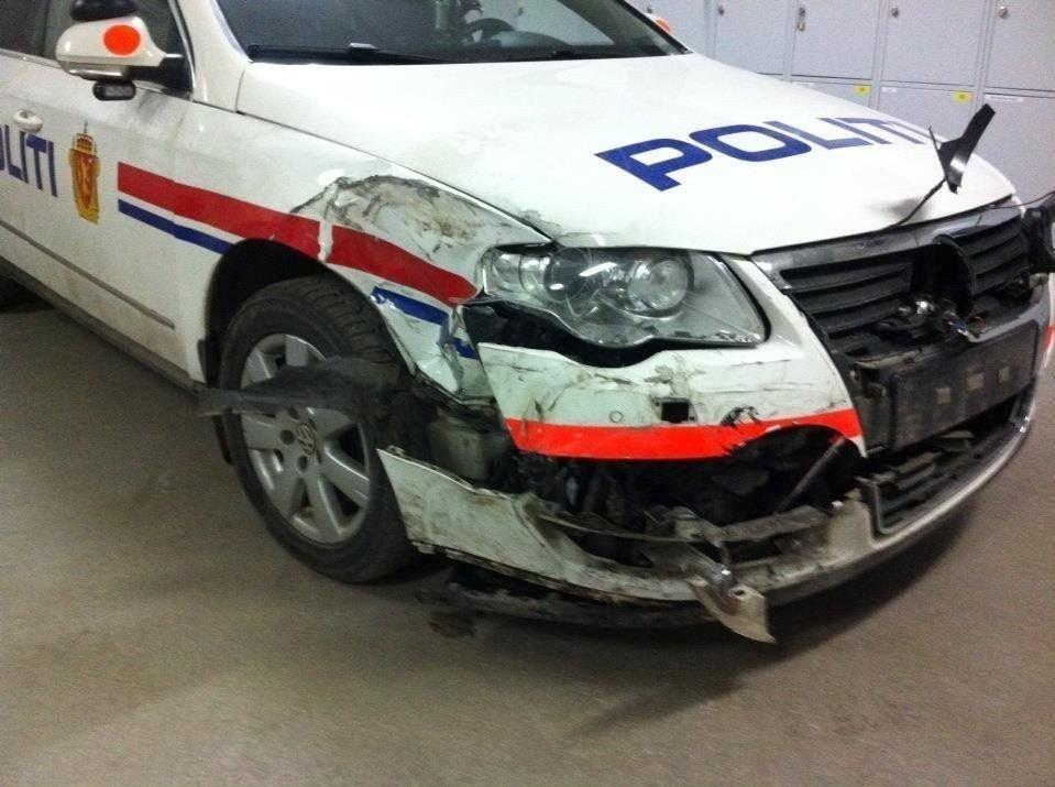 Politiet måtte ofre sin egen bil for å stoppe promillekjøreren.