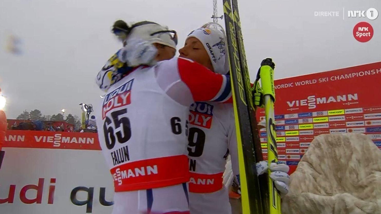 GULLVINNER: Svenske Charlotte Kalla ble gratulert av Marit Bjørgen, som endte over to minutter bak gullvinneren.