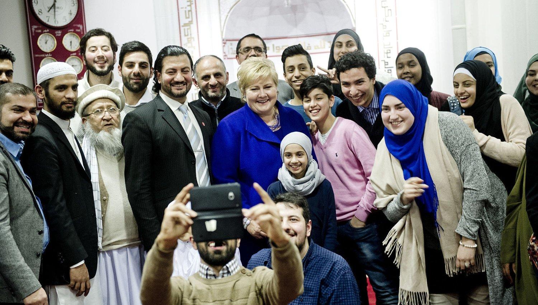 """SELFIE: Statsminister Erna Solberg (H) (midt i bildet) stilte opp på en """"selfie"""" sammen med representanter for muslimsk ungdom i Islamic Cultural Centre sin moské ved Tøyenbekken i Oslo tirsdag kveld."""