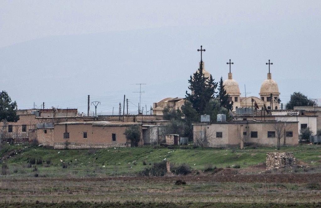 En kirke fotografert i den assyriske landsbyen Abu Tina, som ligger nordøst i Syria og nylig ble angrepet av IS. I nabolandet Irak har en amerikaner opprettet en såkalt kristen hær som skal forsvare assyriske kristne mot opprørsgruppen IS.