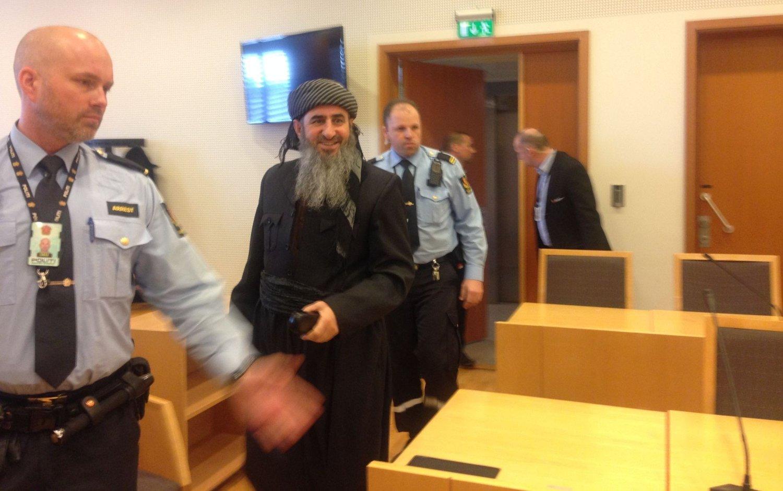 I GODT HUMØR: En smilende Krekar ankom Oslo tingrett fredag ettermiddag. Han ville ikke svare på om han angrer på NRK-intervjuet. Foto: Maria Schiller Tønnessen (Mediehuset Nettavisen)