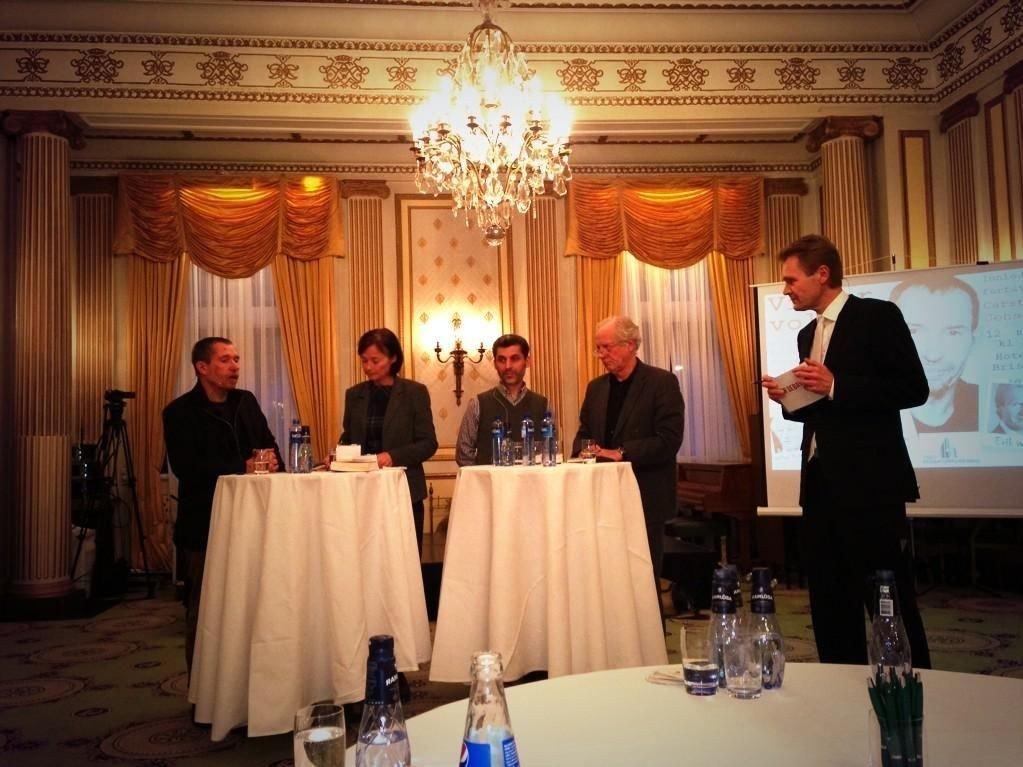 I panelet satt den danske forfatteren Carsten Jensen, Human Rights Service-profil Hege Storhaug,forstander Basim Ghozlan i Det islamske forbundet og forlegger William Nygaard. Erik Wold ledet debatten.