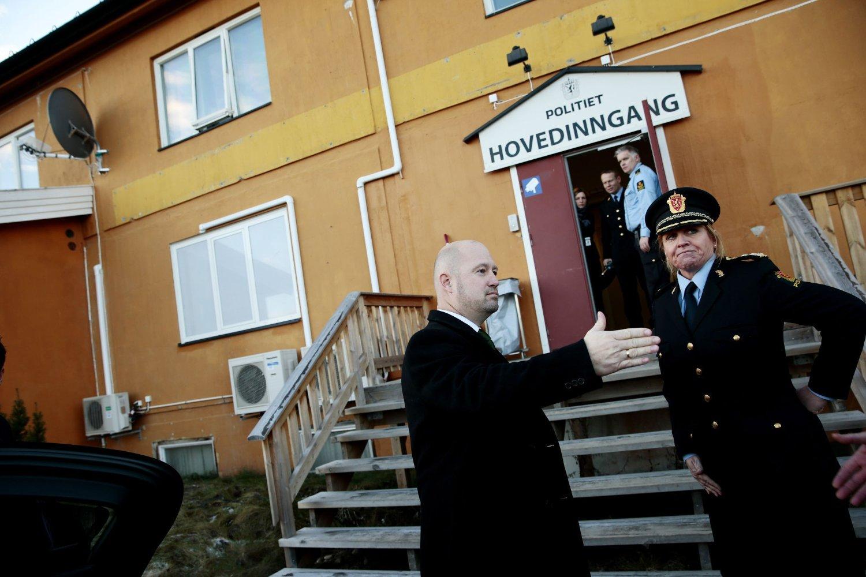 ÜLOVLIG?: Advokatforeningen mener barn låses ulovlig inne på utlendingsinternatet på Trandum. Dette bildet er fra Justis- og beredskapsminister Anders Anundsen (Frp) besøkte internatet i 2013.
