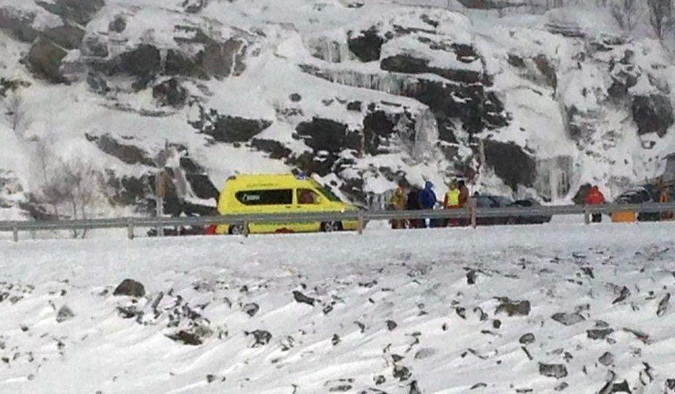 KOLLUSJON: En bil og en brøytebil kolliderte sør for Havøysund, i Bakfjorden i Finnmark søndag. Foto: Redningsselskapet