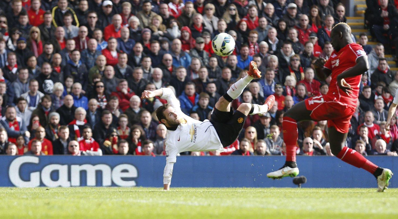 FANTASTISK VOLLEY-SCORING: Juan Mata hjalp Manchester United til seier over Liverpool med sine to scoringer. Det andre målet var en perle av de sjeldne.