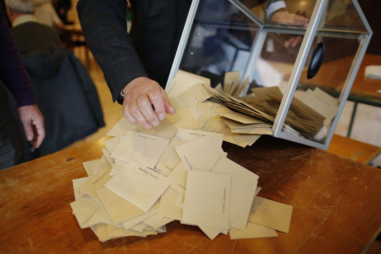 Valgfunksjonærene tømmer en stemmeurne i et valglokale i Sain-Sébastien-sur-Loire utenfor Nantes søndag. Foto: Reuters / NTB scanpix