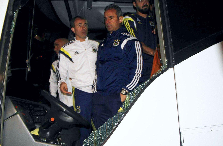SJOKKERENDE: Fenerbahce-trener Ismail Kartal avbildet i fronten av lagbussen som ble beskutt lørdag kveld.