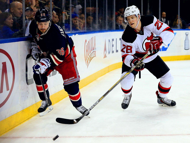 SIKTER PÅ TROFÉ: New York Rangers og Mats Zuccarello er på god vei til å bli det beste laget av samtlige i NHLs grunnspill. Derbyet mot New Jersey Devils og Damon Severson ble lett match.