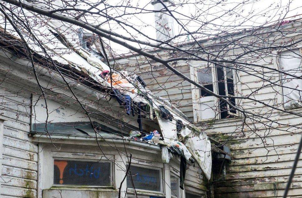 20 rumenere bodde i det falleferdige huset i Kalfarveien. Flere av rommene var i så dårlig forfatning at politiet ikke ville gå inn. Foto: Mads Trellevik