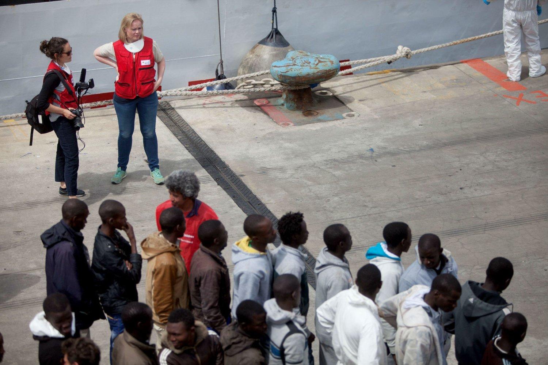 Programkoordinator Christine Weima Lager i Røde Kors Norge (kvinnen til høyre) synes det var sterkt å se flyktningene komme i land.