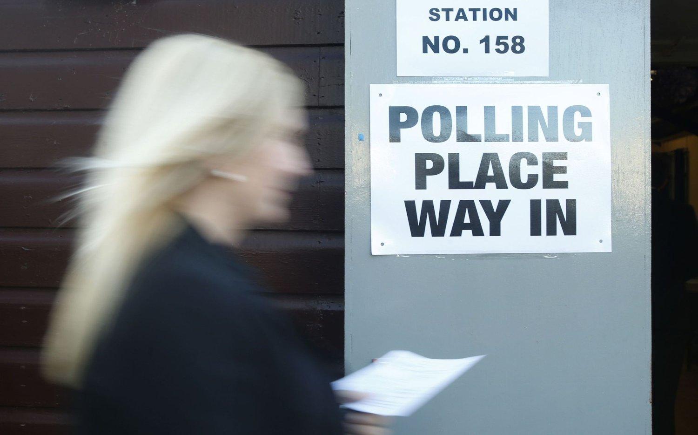 TIL VALGURNENE: En kvinne har gjort sin borgerplikt og forlater et valglokale i Broomhouse Community Hall i Glasgow idet Storbritannia går til urnene i det mest spennende valget på flere tiår.