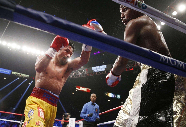 Floyd Mayweather (til høyre) vant på poeng mot Manny Pacquiao etter det de fleste omtaler som en svært kjedelig kamp.
