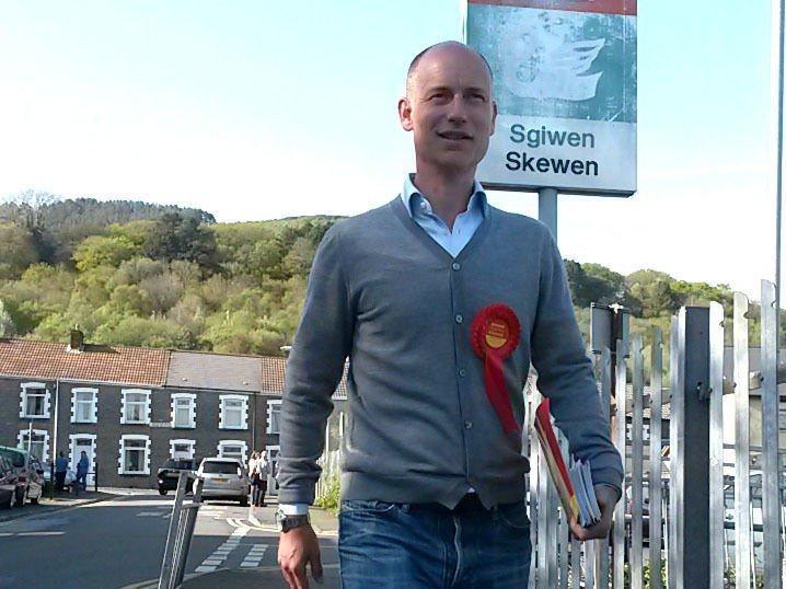 SOSIALDEMOKRATISK FAMILIE: Stephen Kinnock, er ikke bare sønn av tidligere Labour-leder Neil Kinnock, men også gift med danske Socialdemokraternes leder og statsminister Helle Thorning-Scmidt. Her er han på valgkamp i Wales.