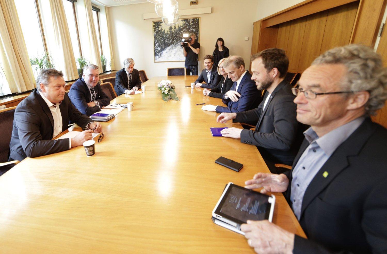 FORHANDLER OM FLYKTNINGER: Resolusjonskomiteen i KrF går inn for at 10.000 flyktninger skal få komme til Norge. Dermed vil KrF-leder Knut Arild Hareide (lengst bak på høyre) være på linje med resten av opposisjonen i Stortinget. Her fra første forhandlingsmøte om Syria-flyktningene tirsdag.