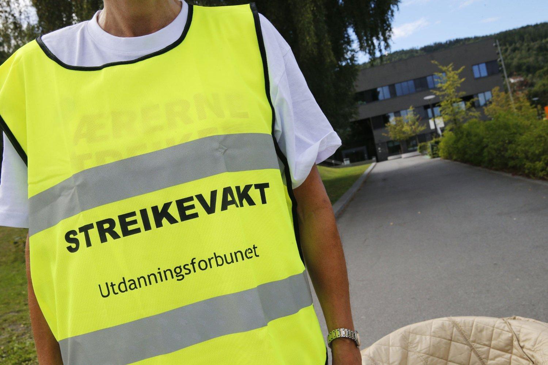 Streikevakt i Drammen under lærerstreiken i fjor. Foto: Cornelius Poppe / NTB scanpix
