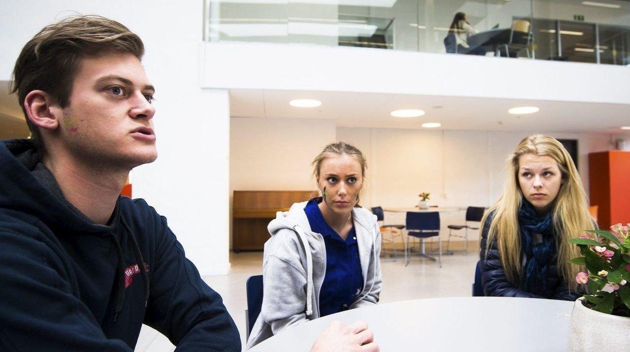 Nektet: Simen Krantz, Emilie Nordvik Woldstad og Silje Renate Sire fortviler over hvordan det har blitt for russen. Hvert sted de møtes blir de jagd etter maks en halvtime. - Det var ikke sånn vi trodde russetiden skulle bli, sier Nordvik Woldstad. Foto: Frederik Ringnes