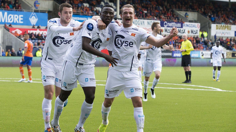 GOD 18-ÅRING: Vikings Suleiman Abdullahi (midten) feirer 0-1-scoringen på Color Line Stadion sammen med tomålsscorer Veton Berisha.