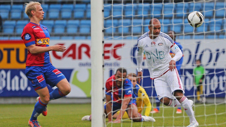 FREKKAS: Daniel Braaten scorer for Vålerenga mot Sandefjord.
