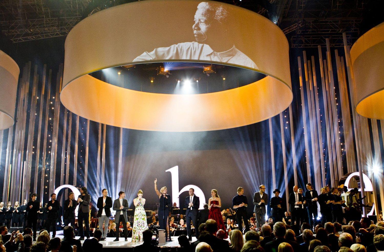 SLITER ØKONOMISK: Mary J. Blige synger med et bilde av Nelson Mandela over seg i 2013.