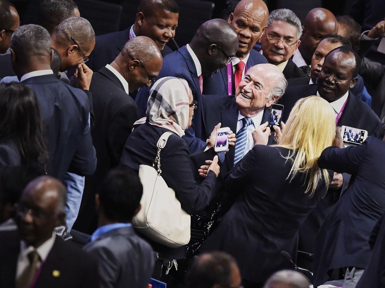 Sepp Blatter sikret seg en n periode som FIFA-president etter valget på FIFA-kongresen i Zürich fredag. Her gratuleres han av andre delegater etter gjenvalget.