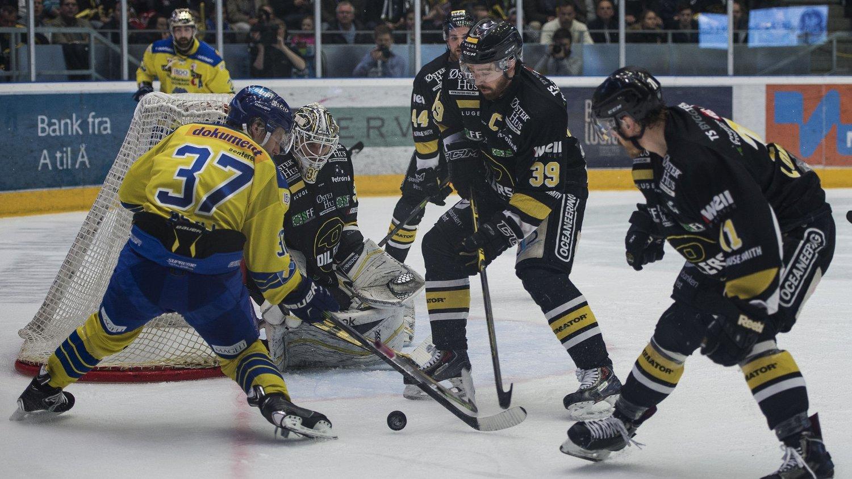 PÅ TV 2: TV 2 fortsetter å sende norsk hockey de neste tre årene. Her er Storhamar og Stavanger Oilers i aksjon under årets NM-finale.