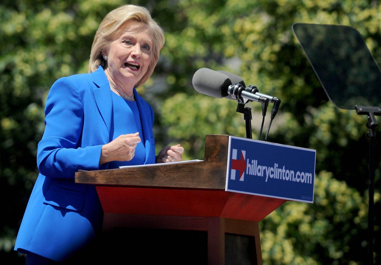 Hillary Clinton vil bli USAs nye president. Samtidig må hun takle kritikk for å ha hatt et uryddig forhold til e-postkorrespondansen sin da hun var utenriksminister.