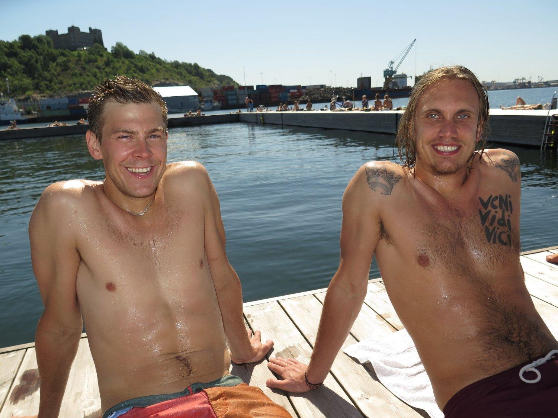 TØRKER I SOLEN: Sebastian (26) og Dennis (28), to svensker med jobb i Oslo, koste seg med sol og bad på Sørenga sjøbad før de skulle på jobb.