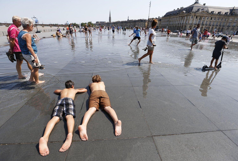 Folk kjøler seg ned i Bordeaux sørvest i Frankrike, der hetebølgen var ventet å føre til temperaturer på opptil 40 grader.