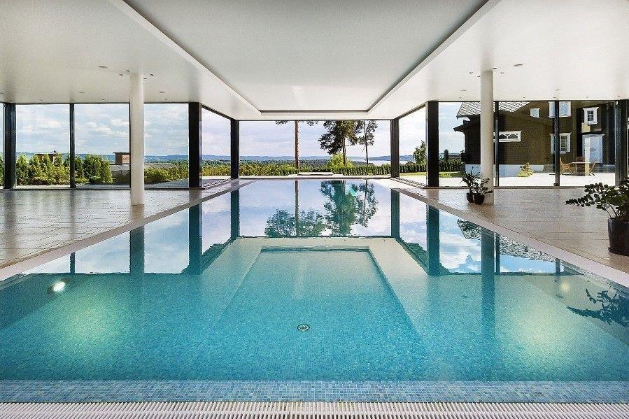 BASSENGHUS: Det er et eget bassenghus på eiendommen som først ble lagt ut for tvangssalg til 55 millioner kroner, med utsikt over Oslo.