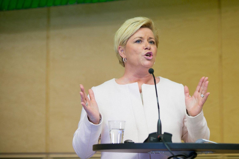Frp-leder og finansminister Siv Jensen kritiserer Aps tiltakspakke.