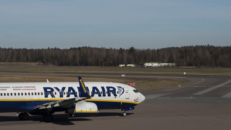 Den irske staten eier 25 prosent av aksjene i Aer Lingus, men salget var avhengig av godkjenning fra Ryanair, som eier 29,8 prosent. Fredag sa Ryanair ja til å selge sine aksjer.