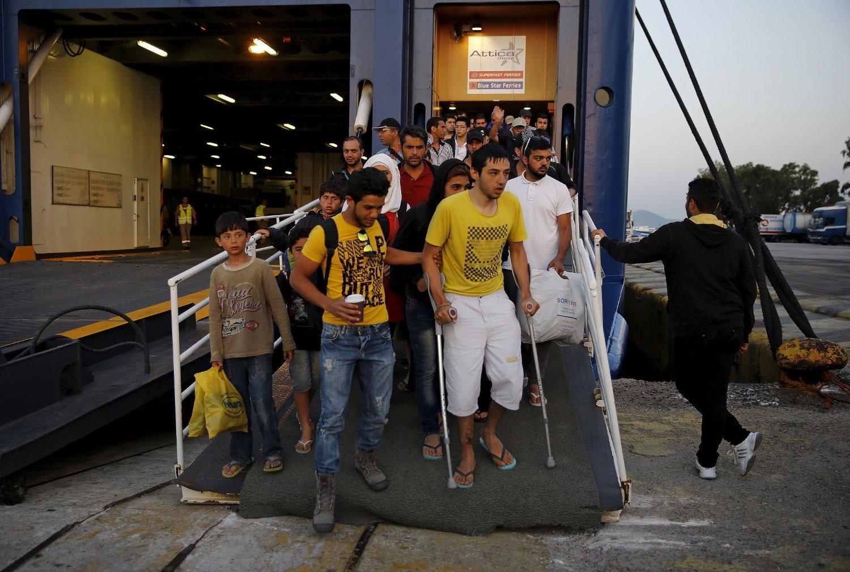 Syriske flyktninger går i havn i Piraeus nær Aten i Hellas. EU må hjelpe Hellas før den humanitære situasjonen blir ytterligere forverret, fastslår UNHCR.