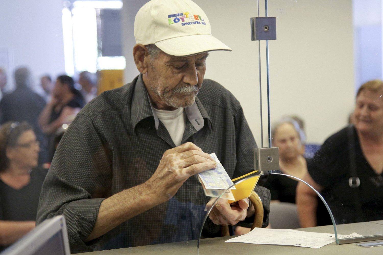Mange greske pensjonister vil trolig puste lettet ut dersom Hellas forblir i eurosonen. Greske banker har vært stengt i halvannen uke, men når de vil åpne igjen, er det ingen som foreløpig vet.