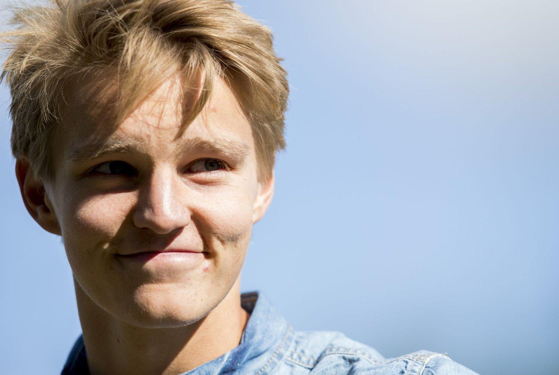 I VINDEN: Martin Ødegaard hylles fra alle kanter. Her fra Strømsgodset kamp mot Lillestrøm tidligere i år, der han mottok hyllest fra Godset-fansen.