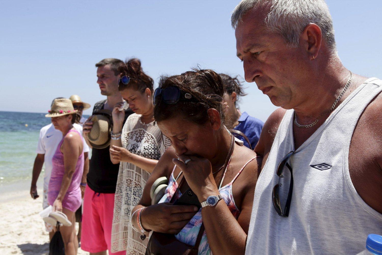 38 mennesker mistet livet i terrorangrepet i Tunisia i juni. Bildet viser en gruppe mennesker som holder ett minutts stillhet til minne om ofrene. Foto: Anis Mili / Reuters / NTB scan
