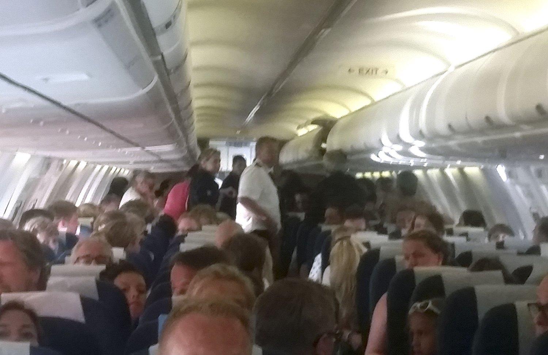 Den eldre mannen fikk hjertestans kort tid etter at SAS-flyet tok av fra Barcelona. Flere norske sykepleiere var om bord i flyet og ga mannen førstehjelp.