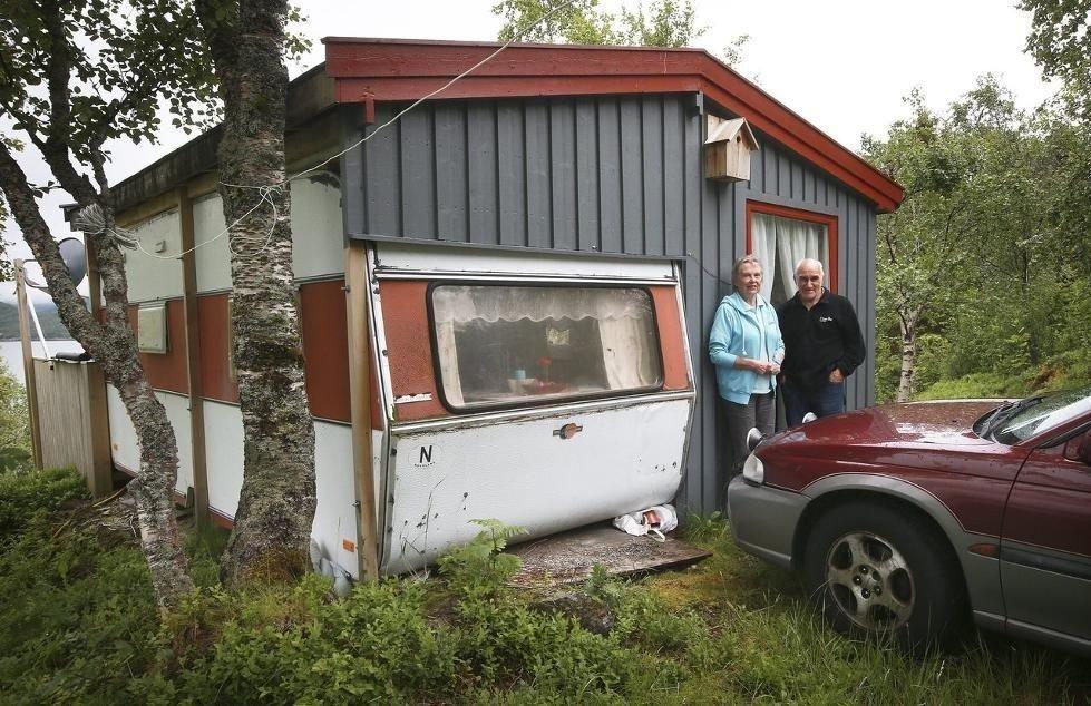 Camping på Klubbstein: Gerd og Håkon Magnus Brattli synes de har det utmerket på «Klubbstua». – Vi trenger jo ikke noe større for å være her et par uker i året, påpeker de. foto: Tom Melby