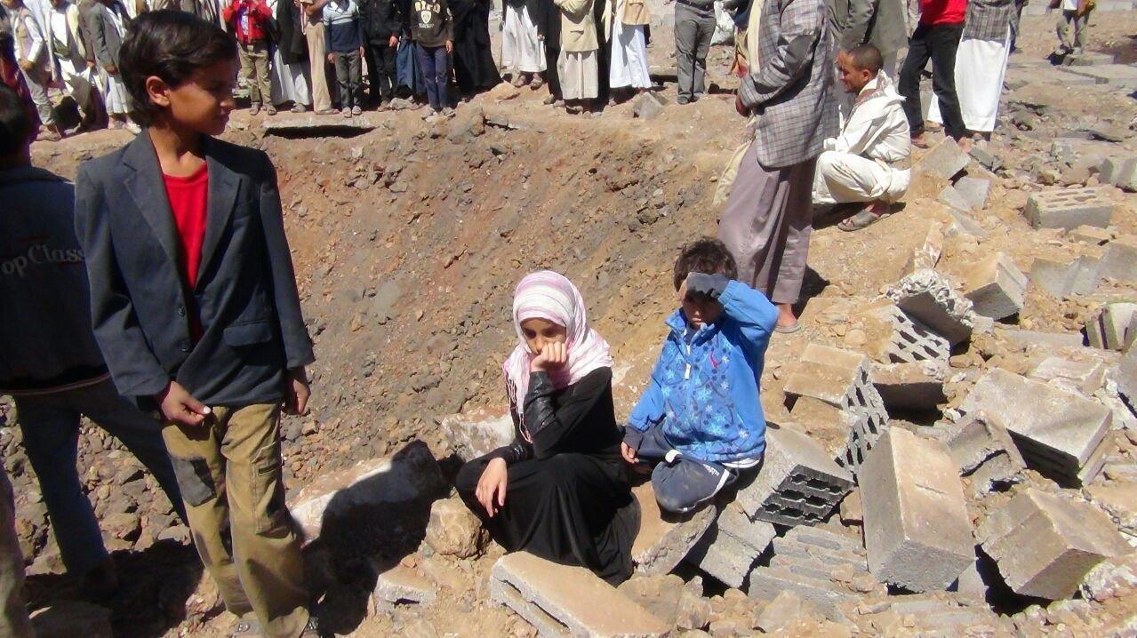 OPPLEVER BOMBEANGREP: Shaimaa og familien måtte rømme fra bombene. Her sitter 11-åringen ved siden av et bombekrater.