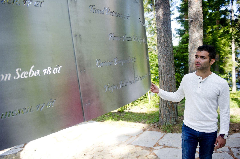 AUF-leder Mani Hussaini ved det nye minnesmerket på Utøya torsdag ettermiddag i forbindelse med at det er seks dager til fireårsmarkeringen for terrorangrepene mot øya 22. juli 2011.